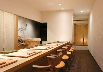 和食を基本とした枠にとらわれないお料理の数々を、白を基調とした大人の落ち着いた空間でお堪能ください。