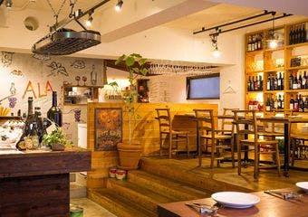 明治神宮前駅から徒歩5分。ALAはイタリアの陽気な酒場をコンセプトとしたおしゃれなイタリアンバル。串焼きステーキとクラフトビールが一押し。