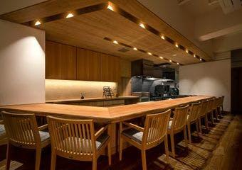 大人のくつろぎの空間で、地元食材をふんだんに使った日本料理をお愉しみください。