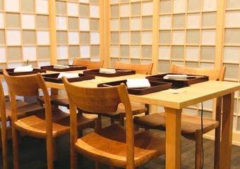 個室2部屋のみの贅沢空間で、1組ごとに献立を考えたお料理をご提供いたします。アンティークの器、厳選されたお酒と共にお愉しみください。