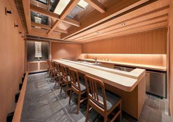 木を基調とした上質な大人の空間で、ネタごとに一番適した手法で仕事を施す至高の握り寿司をご堪能あれ。