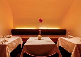 12席の小さなフレンチレストラン。フレンチの枠にとらわれず、その日の気候やコンディションに合わせ、素材を最大限に生かした料理を提供しています。
