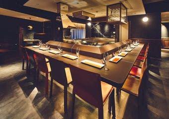 新鮮な驚きと感動に満ちた大阪「六覺燈」の串揚げを、神楽坂でご提供いたします。創業者が直接買い付けたワインとのマリアージュもご堪能ください。