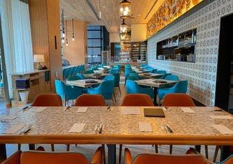 リゾート感あふれる開放的でスタイリッシュな店内で、「炭火焼ラテンイタリアン」をお愉しみください。